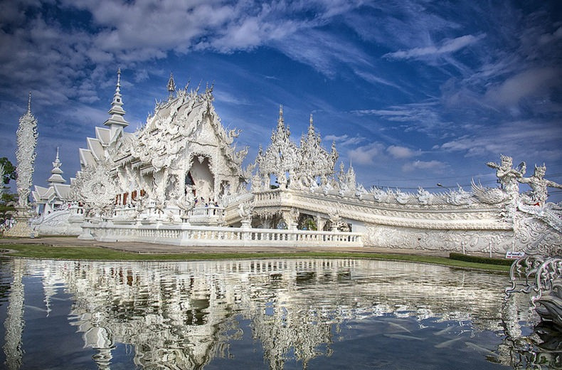 Wat rong khun a contemporary sci fi temple in thailand for Wat architecture