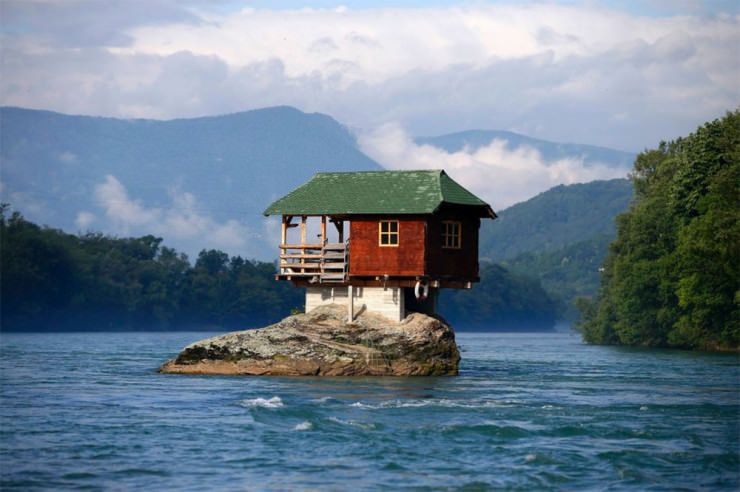Top 10 Houses in the Middle of Nowhere