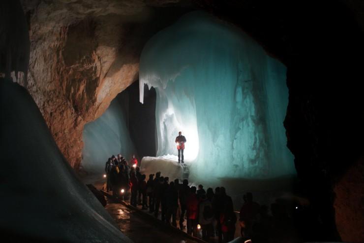 بزرگترین غار یخی در جهان
