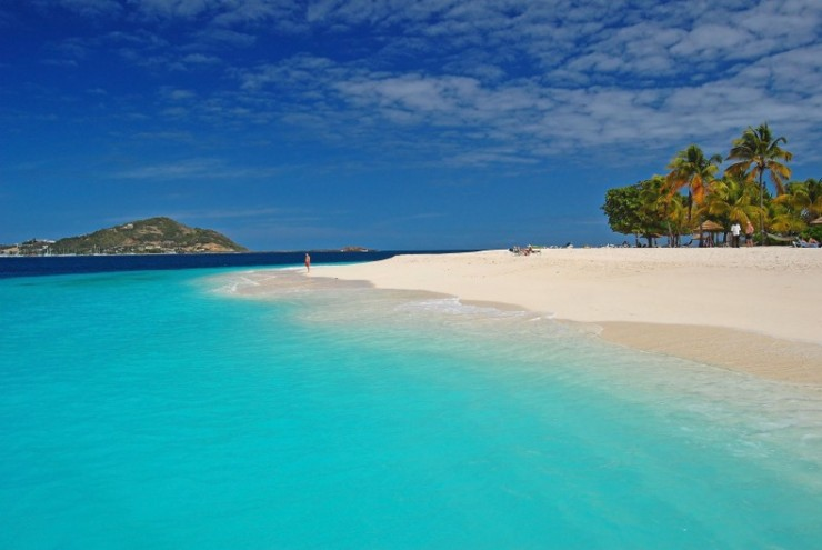 Azure clear water of beautiful Palm Island beach