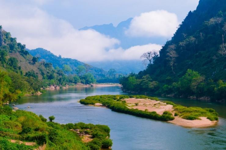 Île sur une rivière près de Luang Prabang au LaosÎle sur une rivière près de Luang Prabang au Laos
