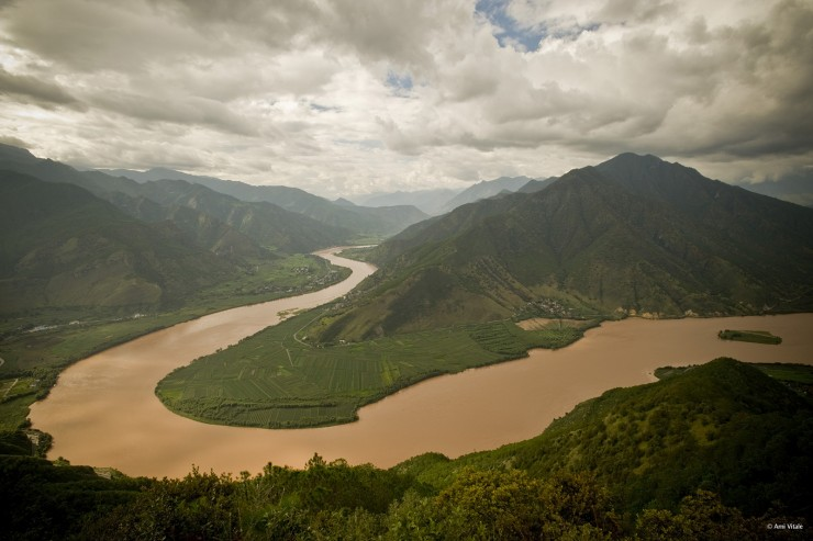 """(ALL INTERNAL & EXTERNAL USES - NO COMMERCIAL USE) Bends in the upper Yangtze River (Chang Jiang), Yunnan province, southwestern China. Coursing over a distance of 6,380 kilometers, the mighty Chang Jiang, meaning """"Long River"""", is the longest river in China and Asia and the third longest in the world after the Amazon in South America and the Nile in Africa. The Conservancy is working with the Chinese government to increase protection of Yunnan's natural areas by establishing a system of national parks. Photograph taken on assignment for The Nature Conservancy """"Design For A Living World"""" project and exhibit. PHOTO CREDIT: ©Ami Vitale"""