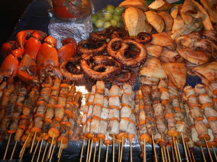 بازار مواد غذایی خیابانی در باغهای Forodhani در زنگبار آفریقا