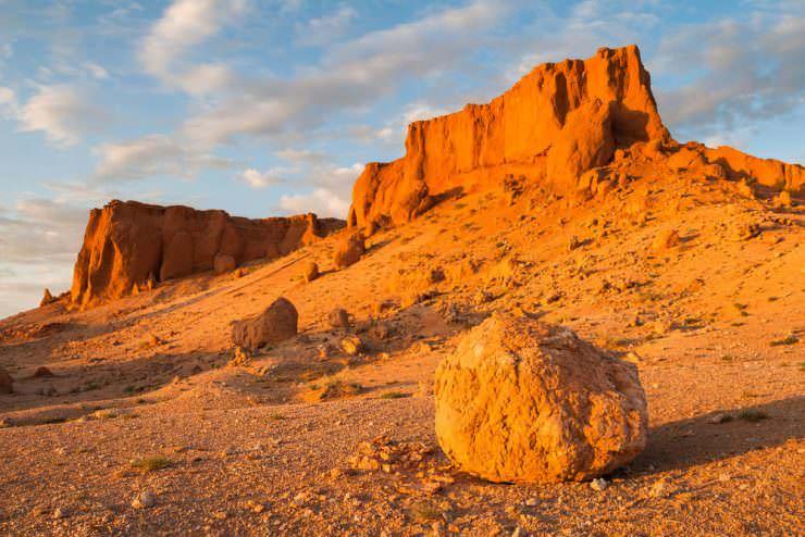 Flaming Cliffs (Bayanzag) in Gobi Desert, Mongolia © Jakub Czajkowski | Shutterstock, Inc.
