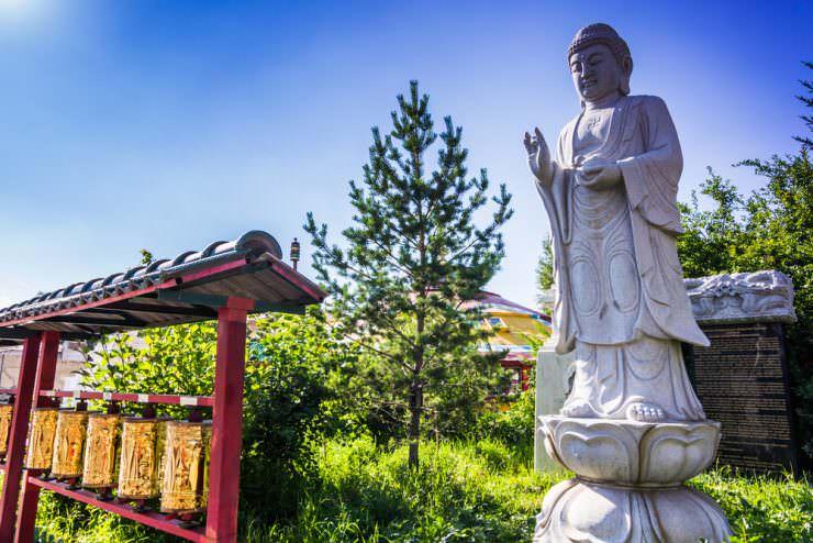 مجسمه ای در یک معبد بودایی در اولانباتور، مغولستان