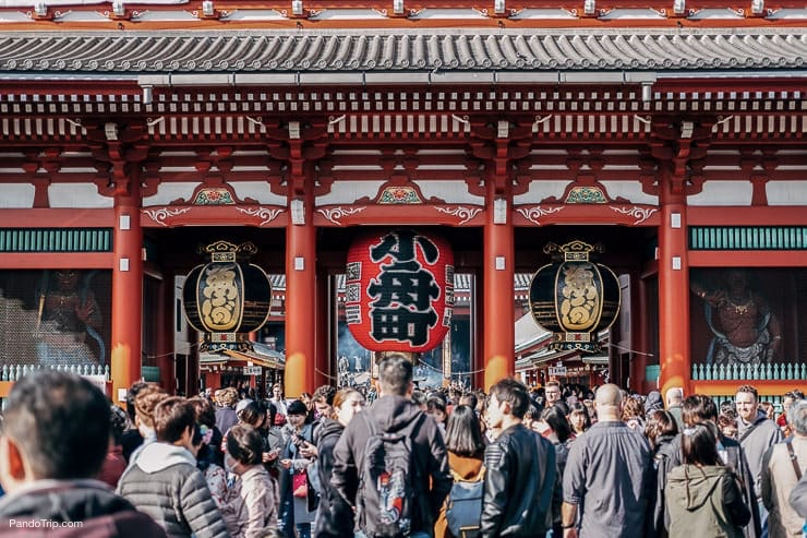 The Kaminarimon gates that leads to the Senso-ji in Asakusa, Tokyo, Japan