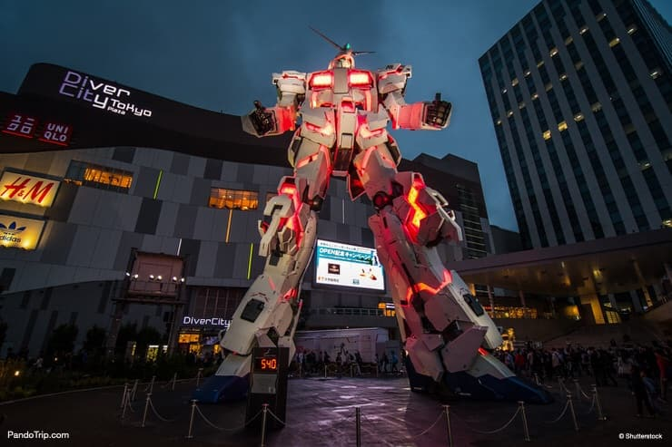 The night exhibition transformation of Gundam Statue from Unicorn Mode to Destroy mode. Odaiba, Tokyo, Japan